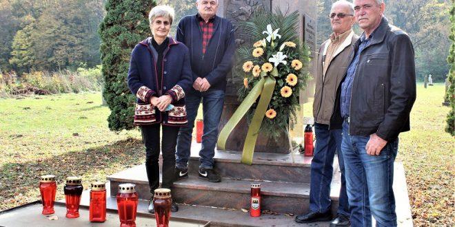 Blagoslov grobova kod spomenika stradalnika i žrtava nekadašnjih stanovnika Krndije