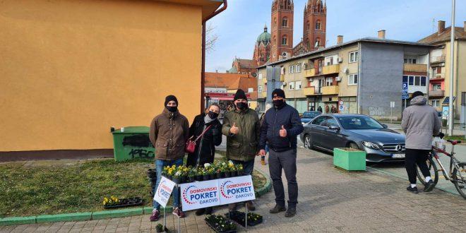 Članovi Domovinskog pokreta Đakovo podijelili  stotine maćuhica domaćih proizvođača