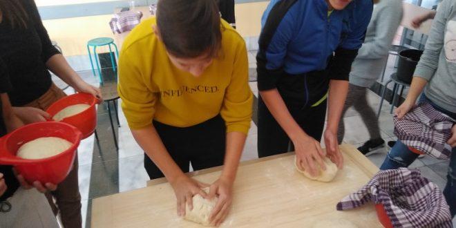 OŠ Budrovci: Osmaši po tradicionalnoj recepturi izradili uskrni kruh